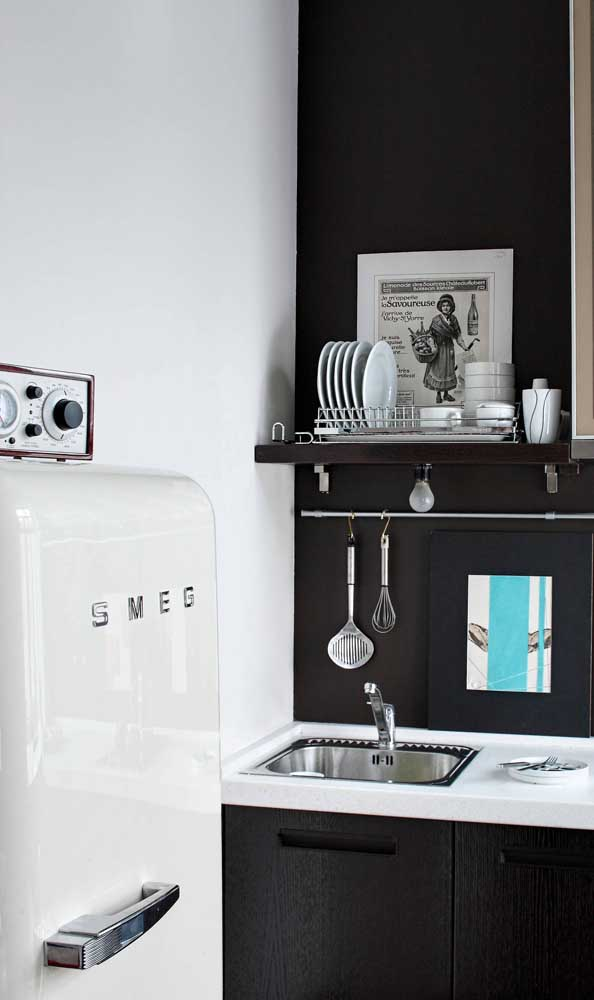 O charme da decoração em branco e preto valorizada pela geladeira retrô