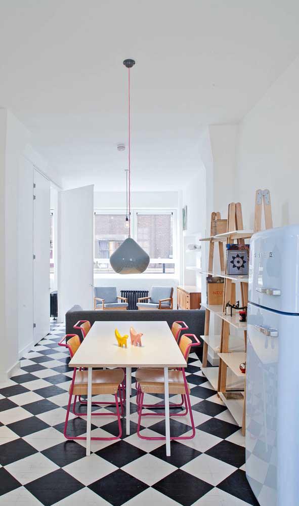 O piso quadriculado dá a deixa para a geladeira retrô brilhar