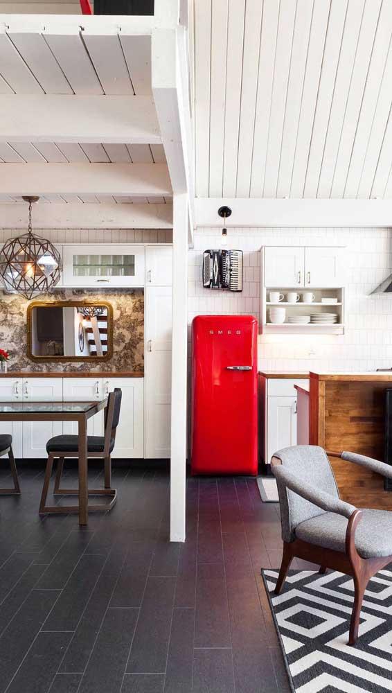 Móveis brancos para destacar a geladeira retrô vermelha
