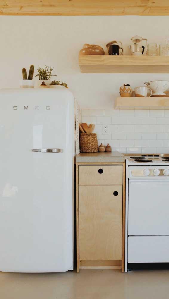 Aqui, geladeira e fogão seguem a mesma linha retrô na cor branca