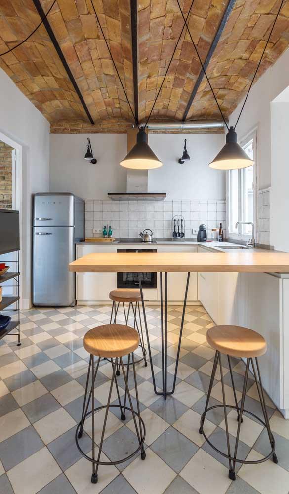 A cozinha de estilo industrial apostou em uma geladeira retrô prata