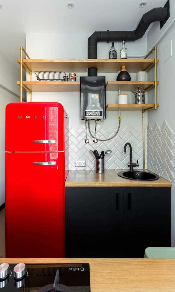 Cozinha pequena também tem direito de arrasar na decor com uma geladeira retrô vermelha