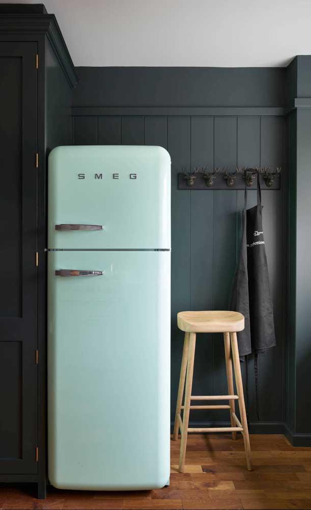 Geladeira candy color na cozinha de tons sóbrios
