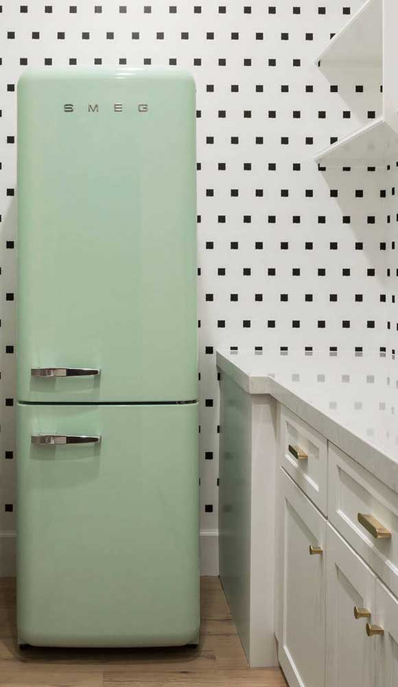 Super anos 70 essa cozinha com geladeira retrô verde pastel combinada ao papel de parede de quadradinhos preto
