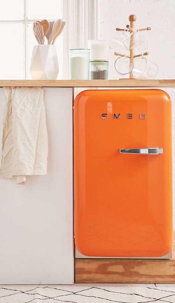 Quer arrasar na decor? Então aposte em uma mini geladeira retrô laranja