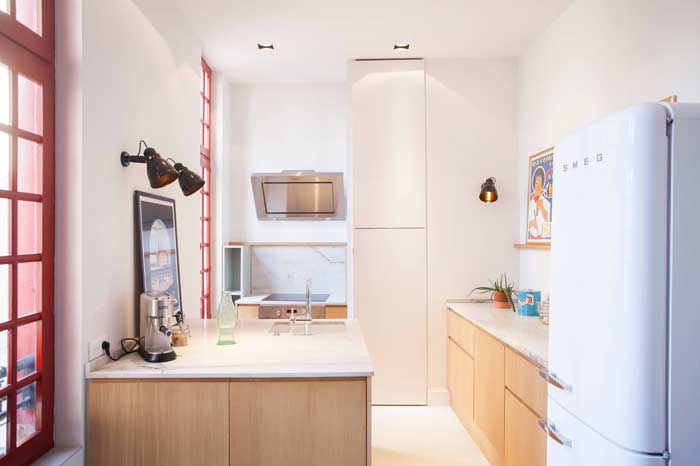 Cozinha moderna com geladeira retrô: pode apostar sem erro!