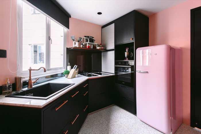 Quer uma decor cheia de atitude? A receita é essa: marcenaria em preto e geladeira retrô cor de rosa