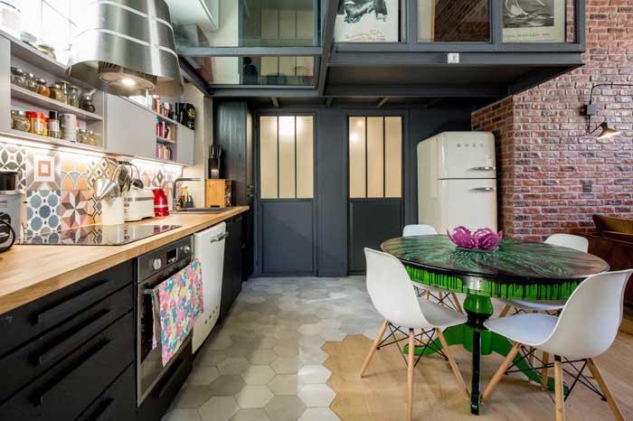 Cozinha rústica moderna com geladeira retrô: um charme sem igual!