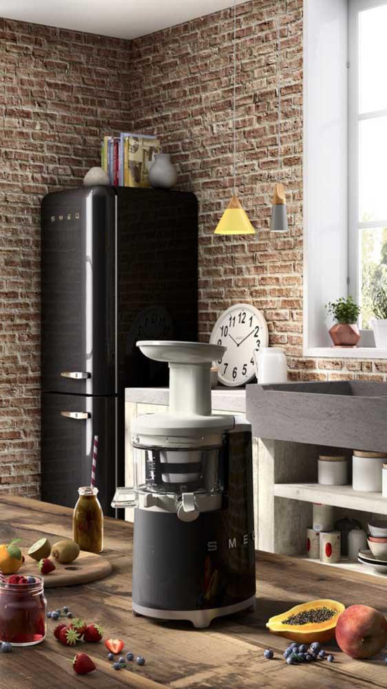 Geladeira retrô preta em combinação com os demais eletrodomésticos da cozinha