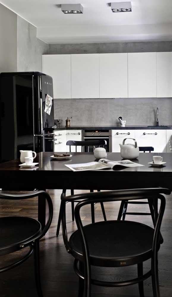 Essa cozinha moderna em preto e branco investiu sem medo na geladeira retrô preta