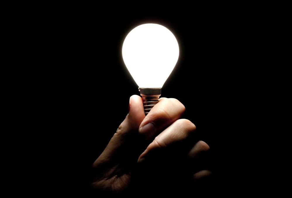 Como trocar lâmpada de rosca no teto