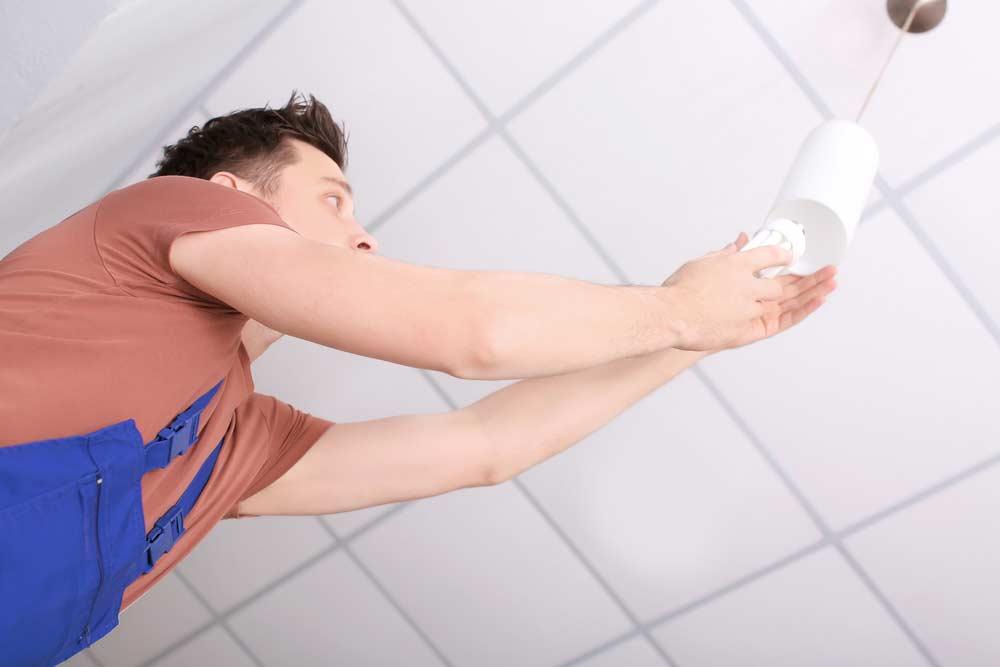 Como trocar lâmpada: dicas passo a passo, de rosca e tubular