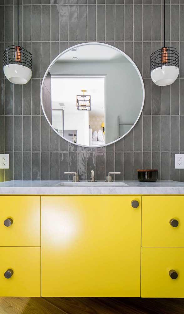Pendente aramado para iluminar e valorizar o banheiro moderno