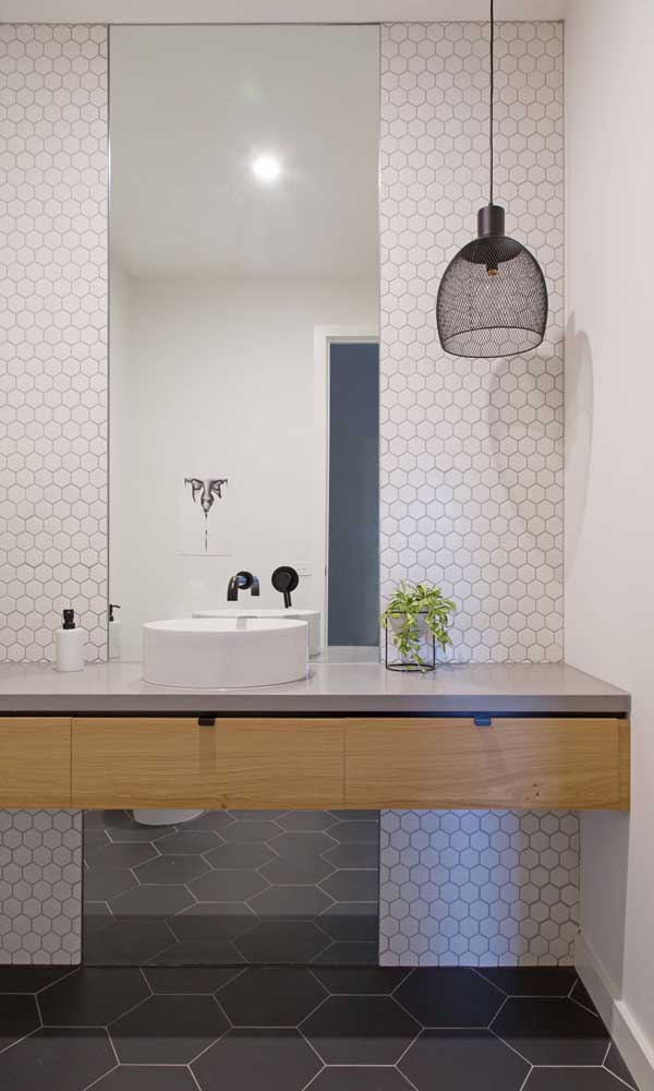 O pendente aramado faz toda a diferença visual nesse banheiro