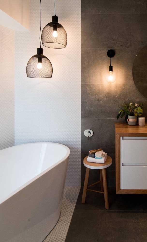 Para garantir aquela iluminação acolhedora sobre a banheira foram usados dois pendentes aramados