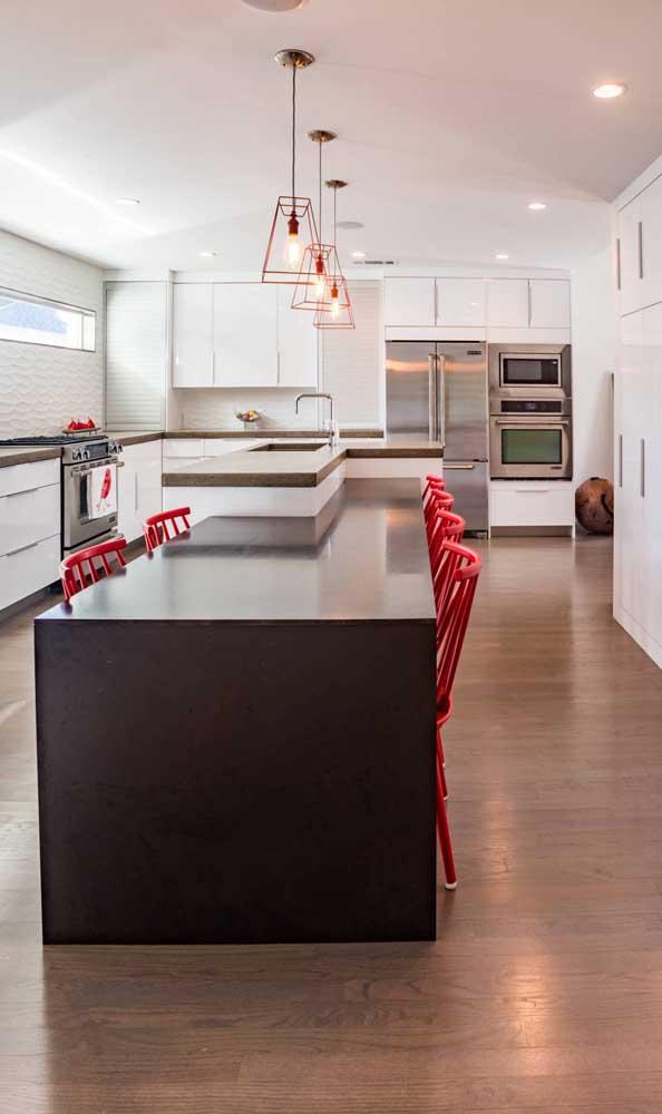 Cozinha moderna gourmet com trio de pendentes aramados sobre o balcão