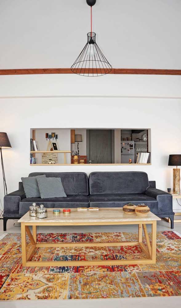 Essa sala de estar clássica e tradicional agregou um ponto de modernidade com o pendente aramado