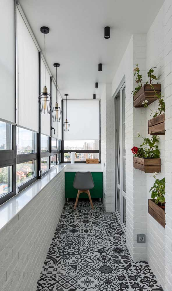 A varanda do apartamento também é um ótimo lugar para inserir pendentes aramados