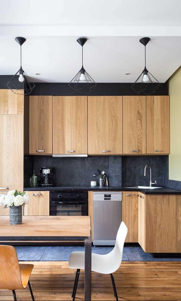 Trio de pendentes aramados na cor preta combinando com a decoração da cozinha