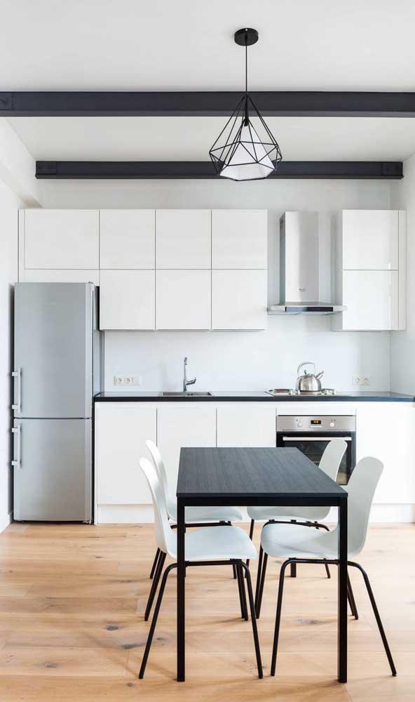 A cozinha moderna em branco e preto não podia ter outro pendente que não fosse esse aramado