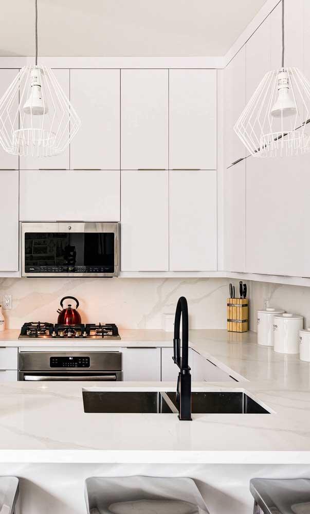 Pendente aramado diamante na cor branca. Perfeita harmonia com a decoração da cozinha