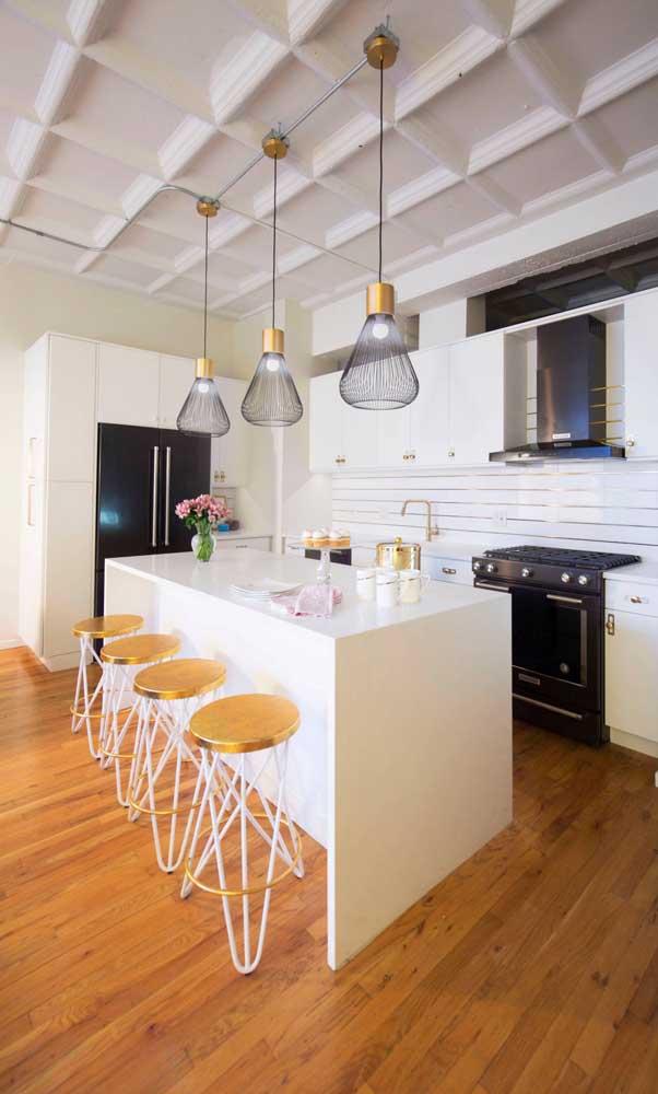 O visual da cozinha fica bem mais interessante com os pendentes aramados sobre o balcão