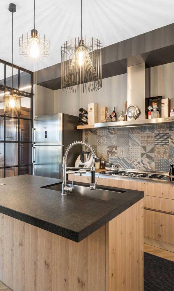 Essa cozinha de tons terrosos acertou em cheio com os pendentes aramados