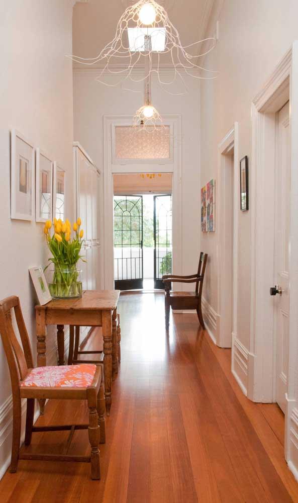 Pendente aramado iluminando e embelezando o corredor da casa