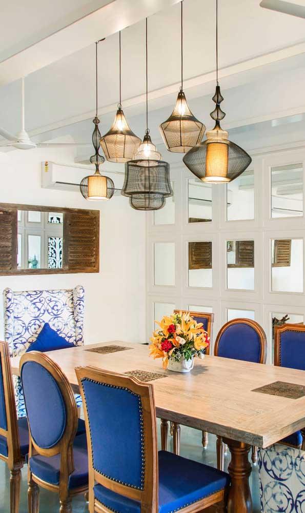 O clássico e o moderno se unem nessa sala de jantar com pendentes aramados