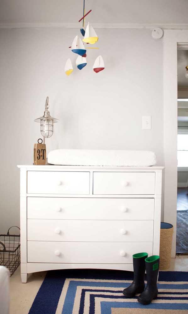 No quarto do bebê, o pendente aramado dá um show em cima da cômoda