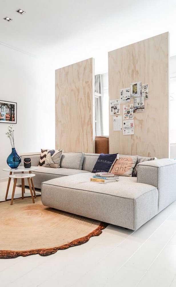 Divisória de madeira inteiriça para sala de estar. Repare que o vão entre as divisórias trouxe leveza e modernidade ao ambiente