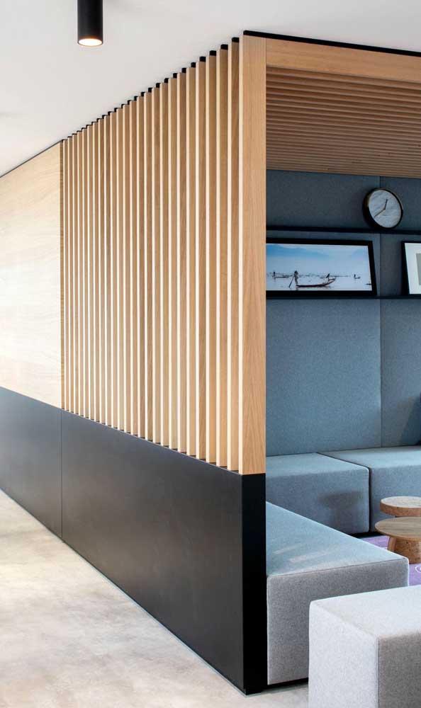 Nessa sala de estar, a divisória de madeira sai da parede e vai até o teto