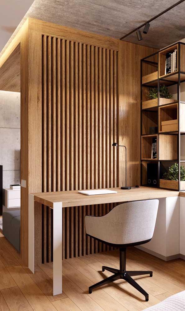 O que acha de criar um home office com a ajuda de uma divisória de madeira?