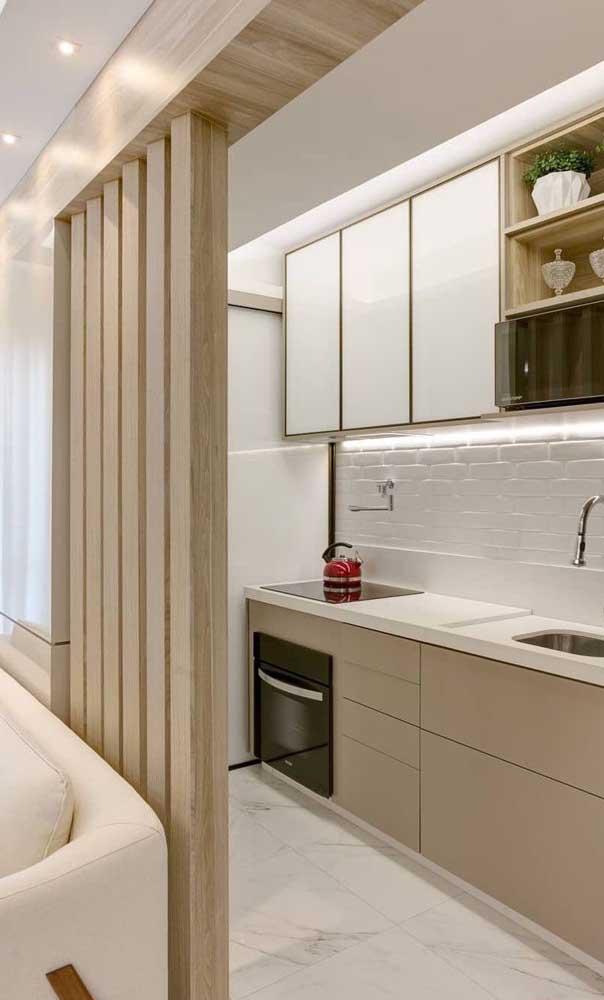 Aqui nessa cozinha americana o tradicional balcão foi substituído pela divisória de madeira