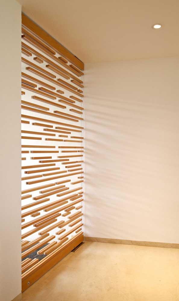 Pra diferenciar: divisória de madeira com ripas na horizontal