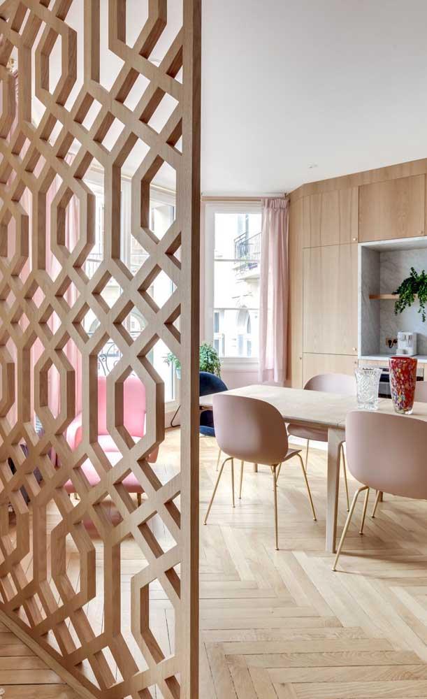 Um charme essa divisória de madeira vazada em formatos geométricos