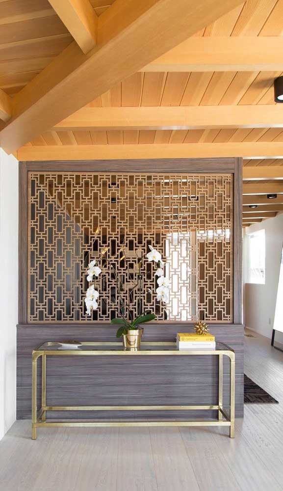 A divisória de madeira não precisa ocupar todo o vão. Ela pode ficar centralizada em outra estrutura, como uma meia parede de alvenaria ou um balcão
