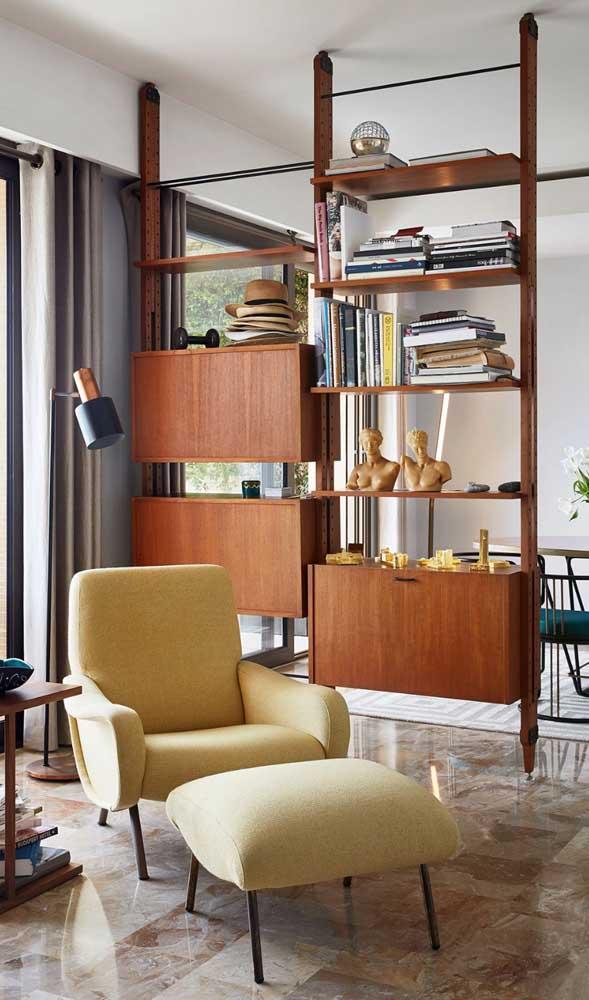 Uma bela inspiração de divisória de madeira – que também é estante – em estilo retrô