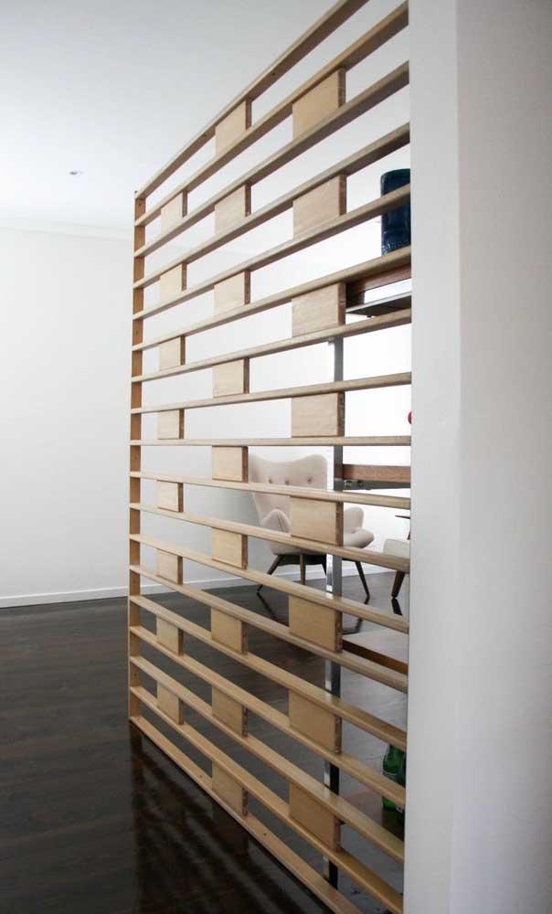 A divisória de madeira é perfeita para prolongar e ampliar ambientes, uma vez que ela causa essa delimitação dos espaços
