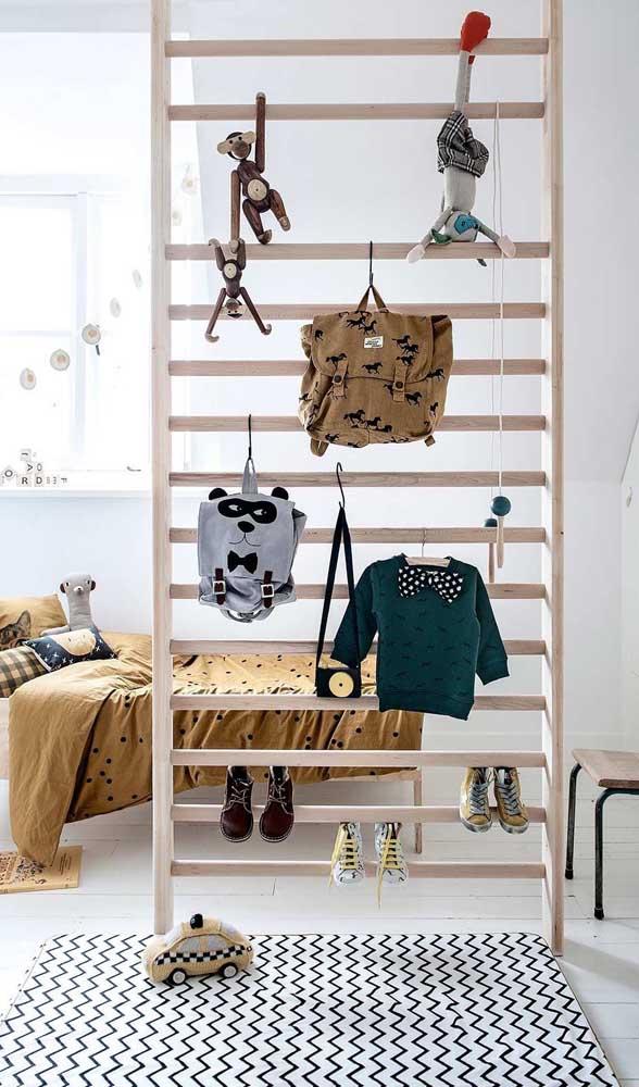 No quarto infantil, a divisória de madeira se transforma em uma estrutura lúdica e divertida