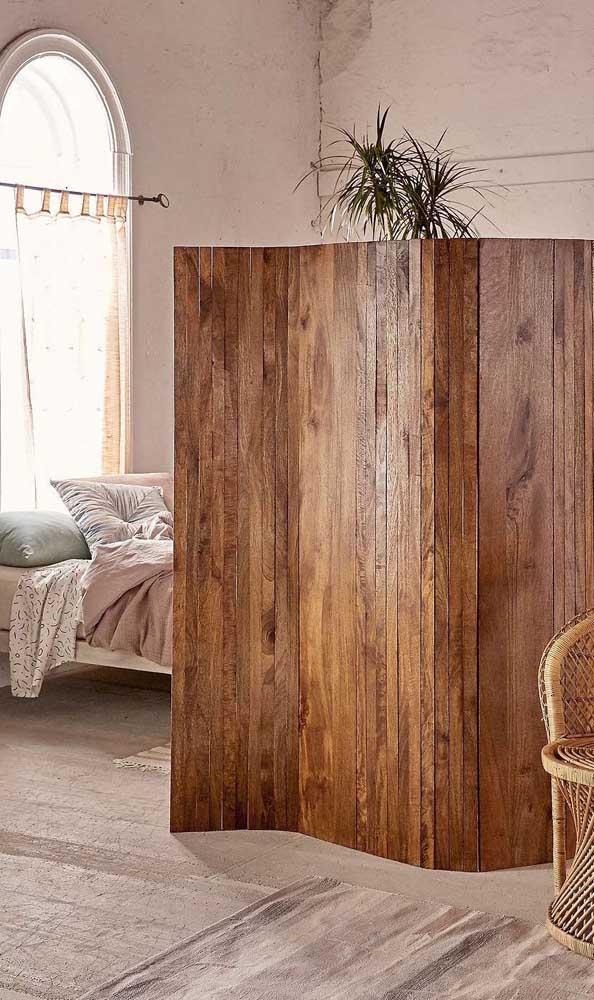 Linda inspiração de biombo de madeira para o quarto