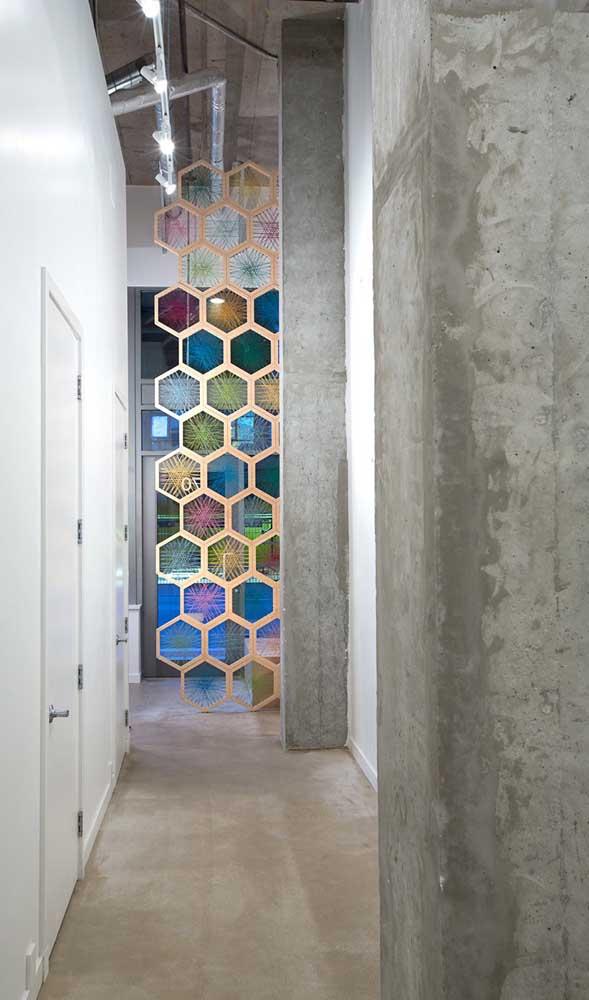 Colorida e divertida, essa divisória de madeira em formatos hexagonais ganhou preenchimento de uma técnica artesanal conhecida como String Art