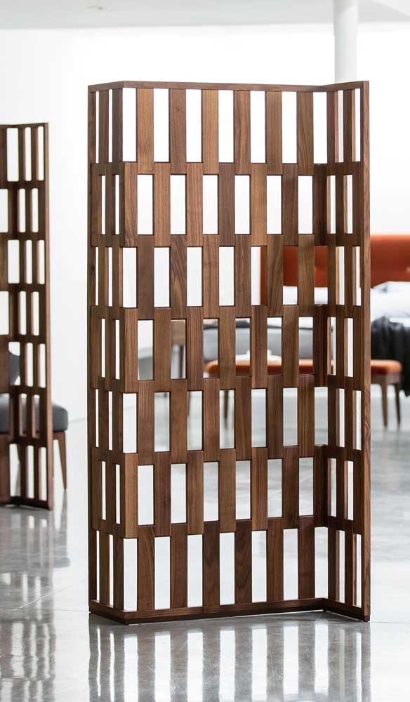 A divisória de madeira em estilo biombo é perfeita para quem tem necessidade de mudar a peça de lugar
