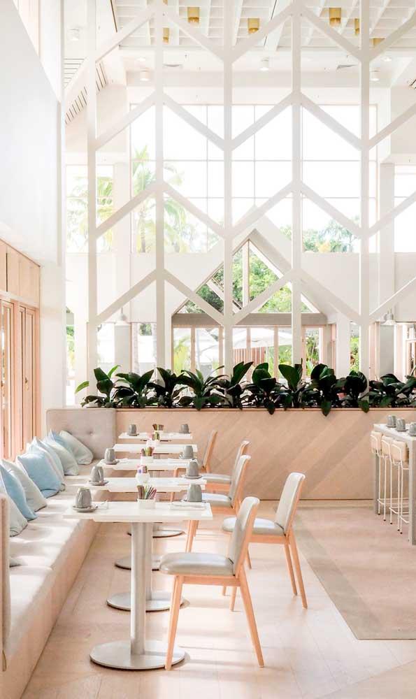 Formato diferenciado e bem aberto para a divisória de madeira do espaço comercial