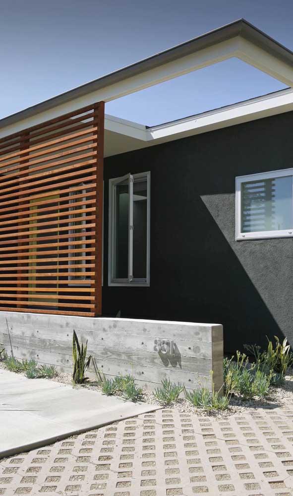 Divisória de madeira na fachada da casa: um pouco mais de privacidade para o interior da residência
