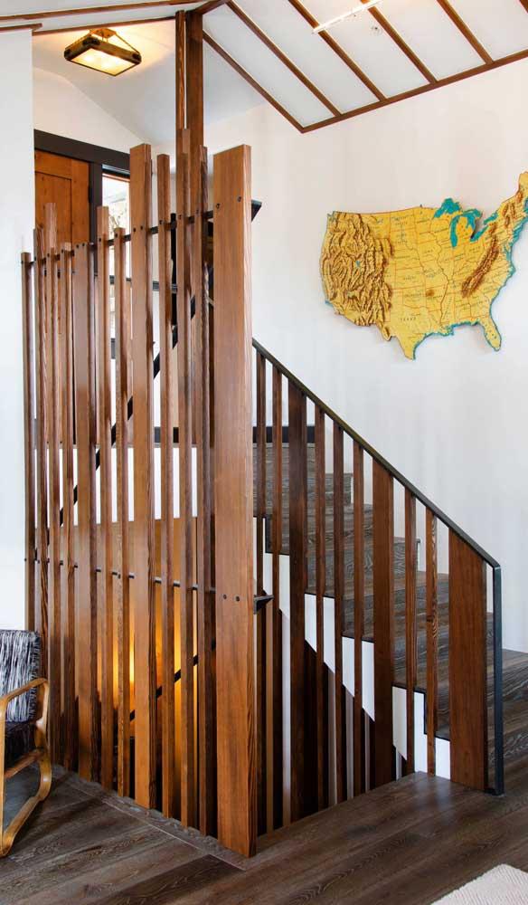 A ideia aqui é apostar em ripas de madeira em alturas diferentes para criar a divisória de madeira