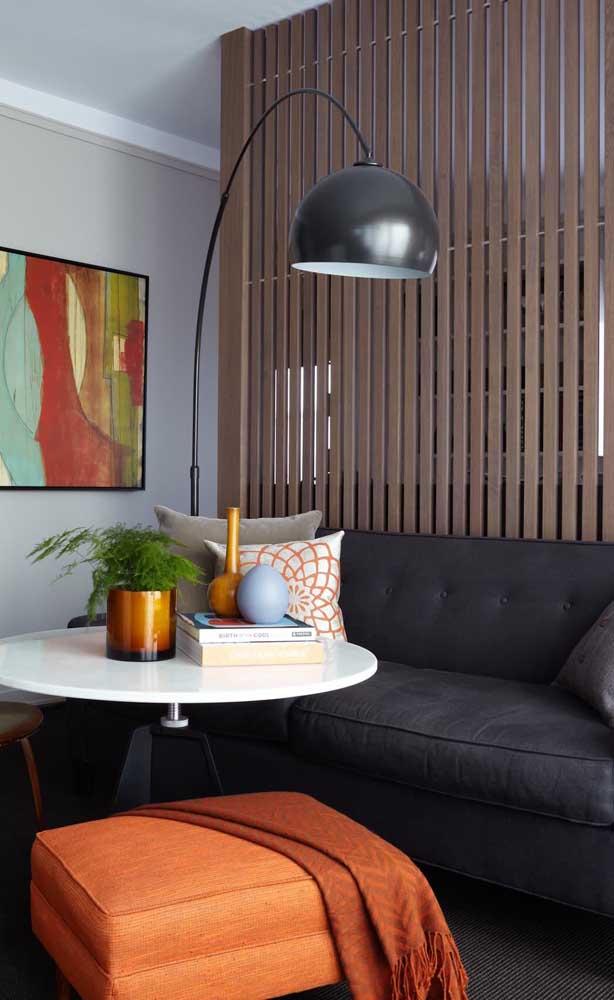 Divisória de madeira ripada para a sala de estar em um modelo simples e elegante