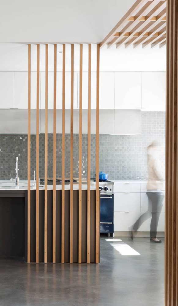 Nessa cozinha, a divisória de madeira é aquele detalhe que fecha a decoração com chave de ouro