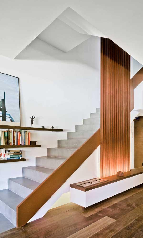 Divisória de madeira para valorizar a escada e o pé direito alto da casa