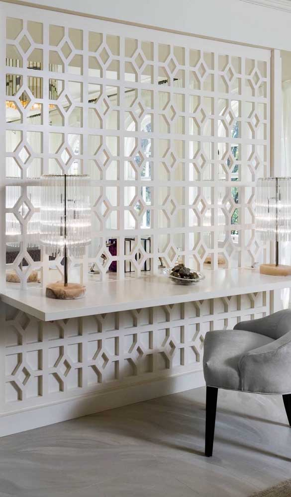 A divisória de madeira branca é perfeita para ambientes clássicos e neutros